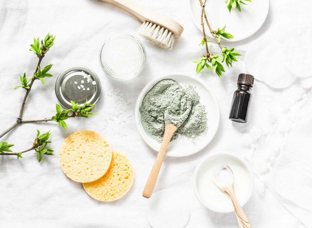 Es sind wellness Produkte und selbst gemachte Cremes für eine schöne geschmeidige Haut zu sehen. Alles sieht frisch aus.