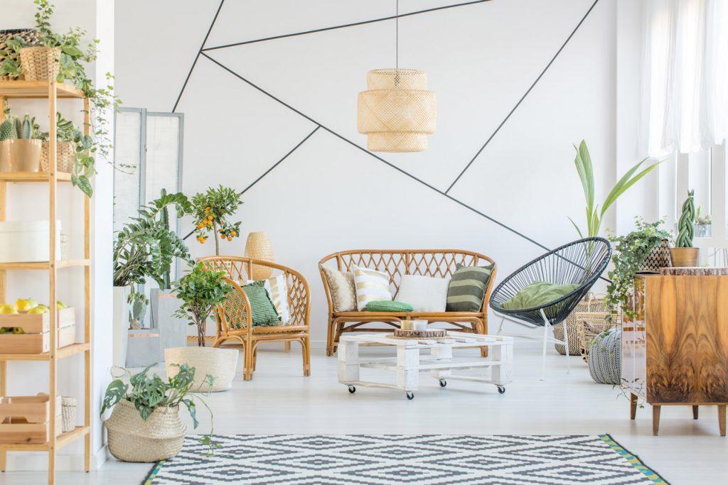 Ein heller, freundlicher Raum mit einer natürlichen Einrichtung aus Holzmöbeln und einigen Pflanzen